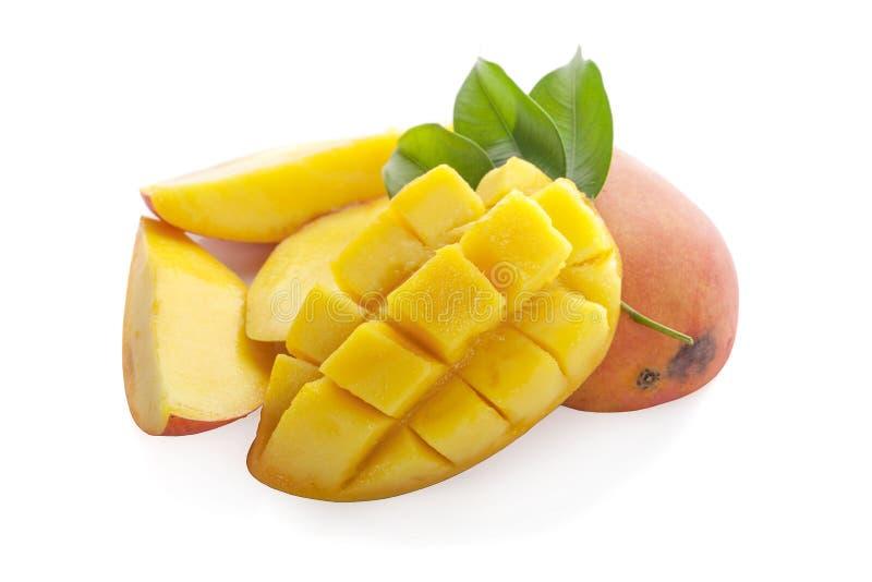 rebanada del mango con las hojas del verde aisladas en el fondo blanco Visión superior fotografía de archivo