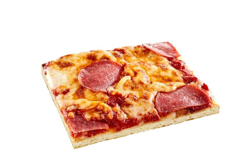 Rebanada del salami o de la pizza de salchichones aislada en blanco imagen de archivo