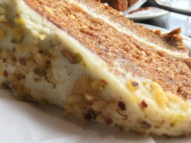 Rebanada deliciosa de primer de la torta de zanahoria fotos de archivo