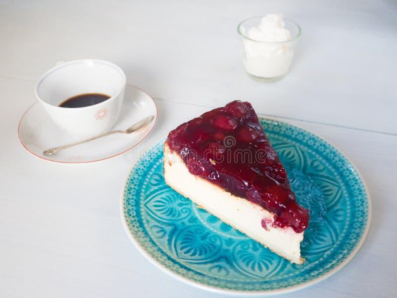 Rebanada deliciosa de un pastel de queso de la cereza fotografía de archivo