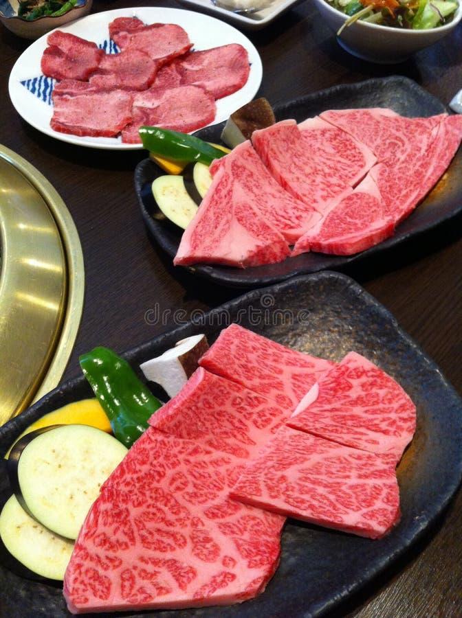 Rebanada fresca de la carne de vaca para la porción de la parrilla en la bandeja con un poco de verdura, berenjena de la calabaza fotos de archivo