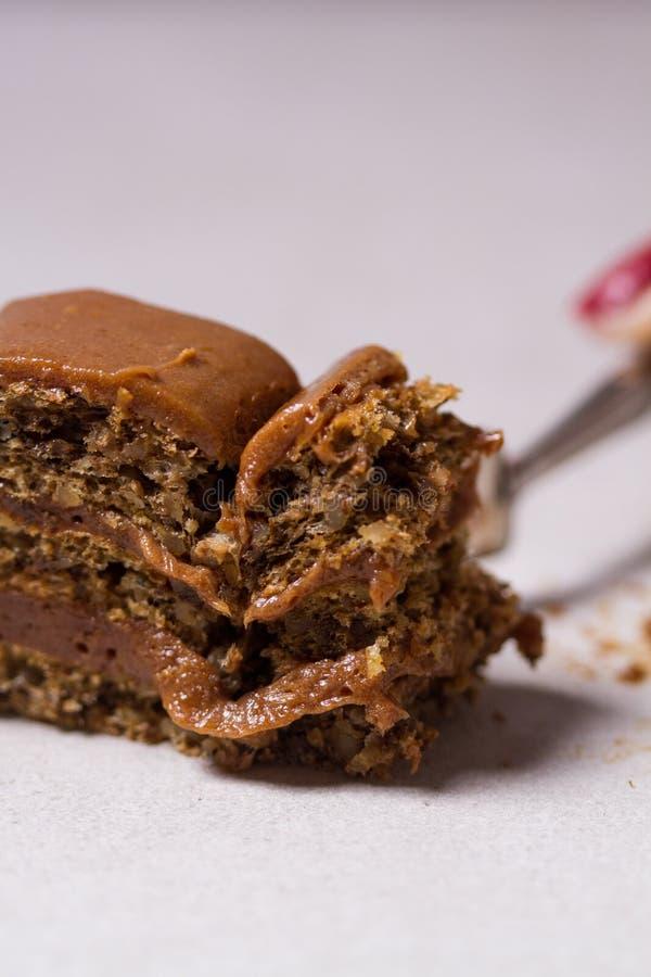 Rebanada hecha en casa de la torta de cumpleaños del chocolate fotos de archivo
