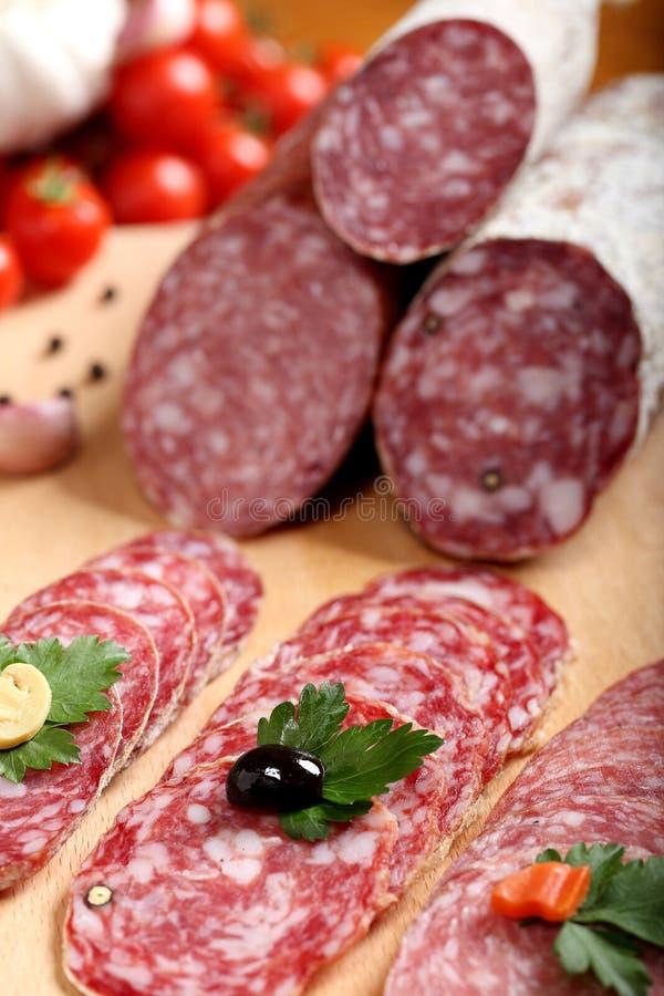 Rebanada italiana del salami de las comidas deliciosas fotografía de archivo