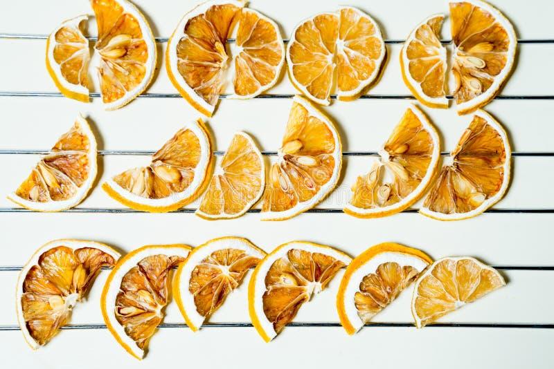 Rebanada secada del limón aislada en la tabla blanca apilada junto foto de archivo libre de regalías