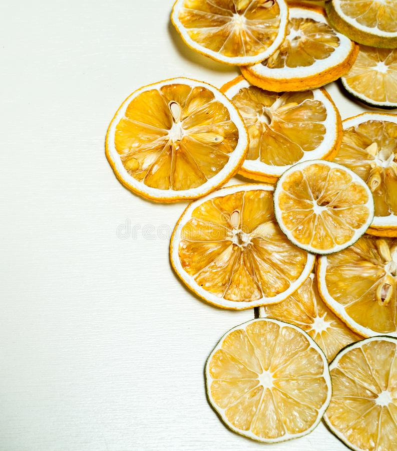 Rebanada secada del limón apilada junto aislada con el fondo blanco Rebanada secada del limón con las semillas secadas dentro de  fotografía de archivo libre de regalías