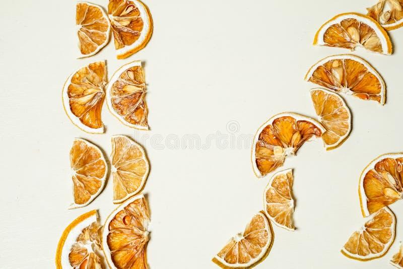 Rebanada secada del limón en la tabla blanca apilada junto fotos de archivo