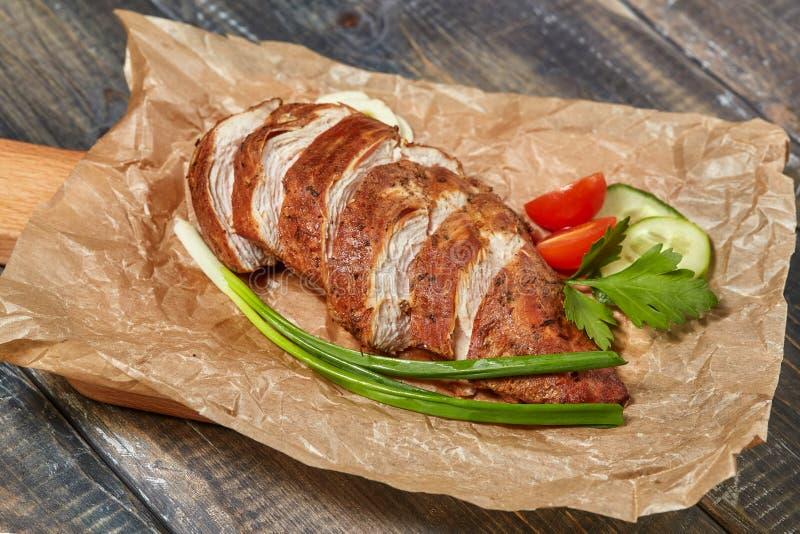 Rebanadas ahumadas del pan con carne de la pechuga de pollo con las verduras foto de archivo