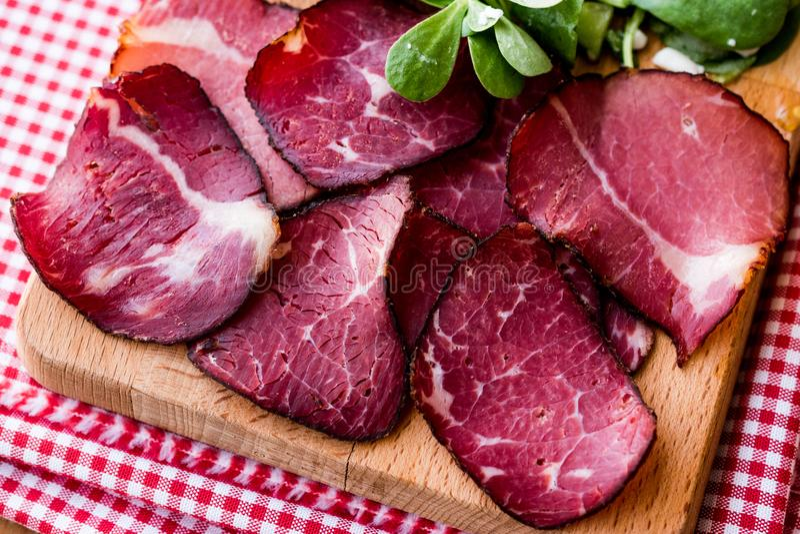 Rebanadas ahumadas y secadas de la carne con la ensalada/el kuru y imagen de archivo