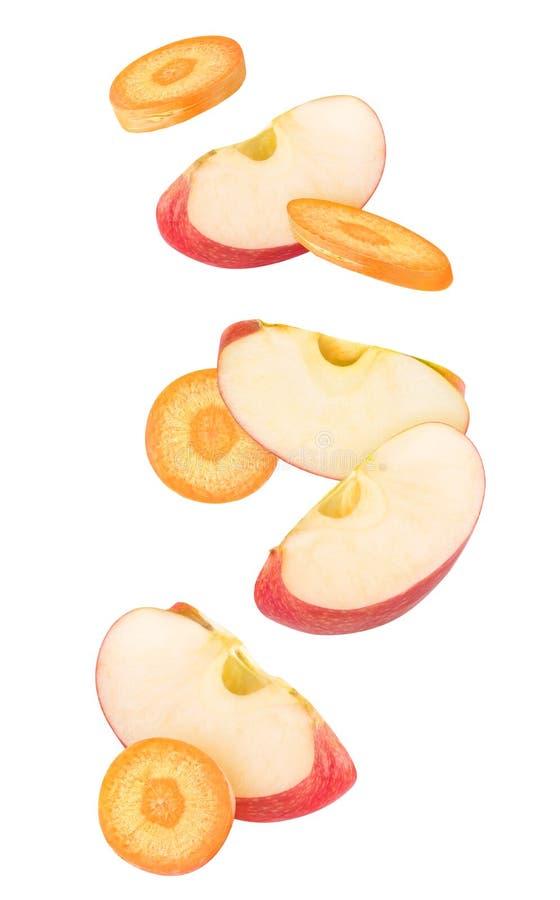Rebanadas aisladas de manzana y de zanahoria fotos de archivo