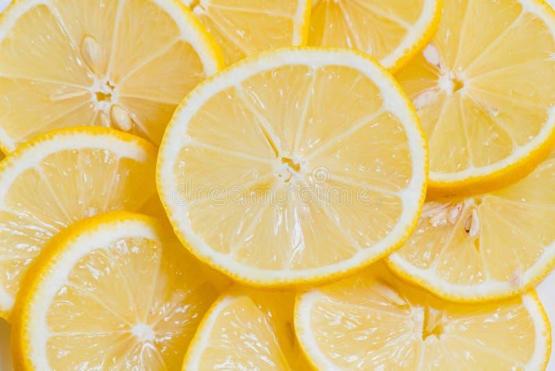 Rebanadas amarillas frescas de los limones en un fondo de madera cal dulce, vitamina C Rebanada del lim?n foto de archivo