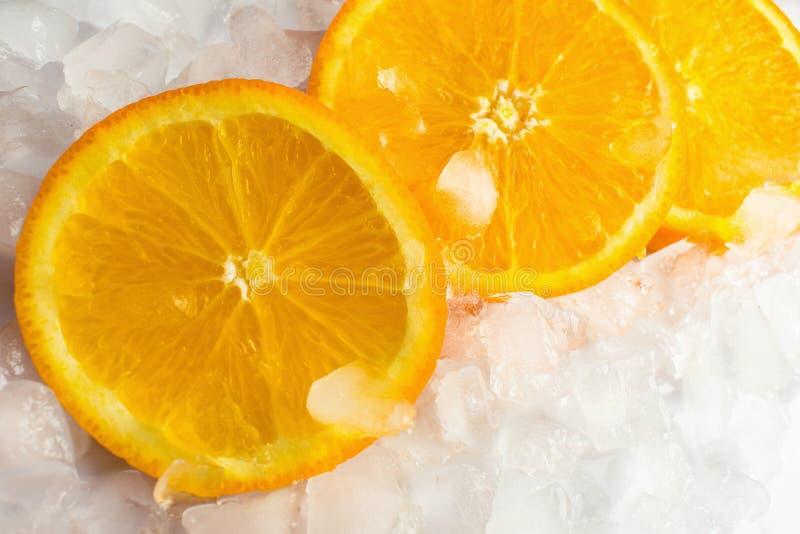 Rebanadas anaranjadas en hielo fotos de archivo
