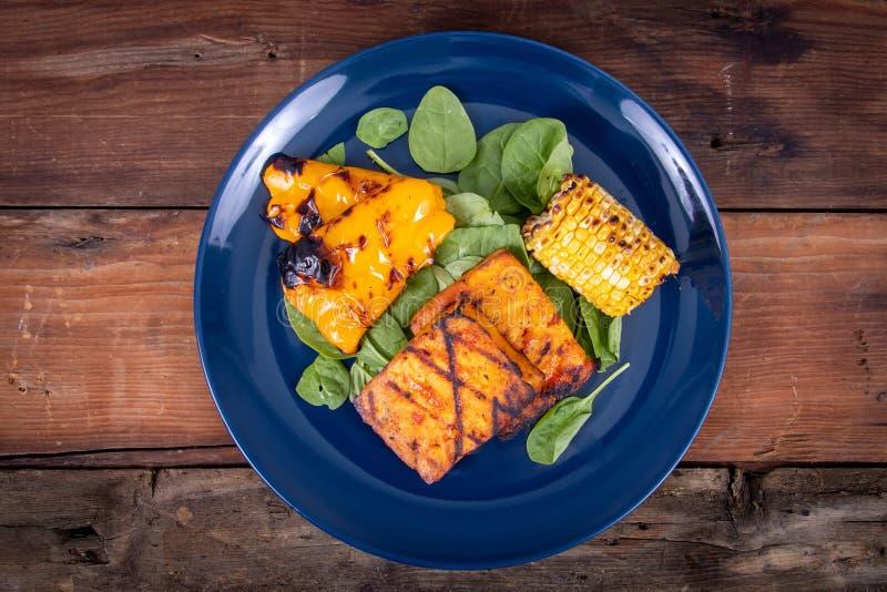 Rebanadas asadas a la parrilla deliciosas del queso de soja con maíz y paprika amarillo imágenes de archivo libres de regalías
