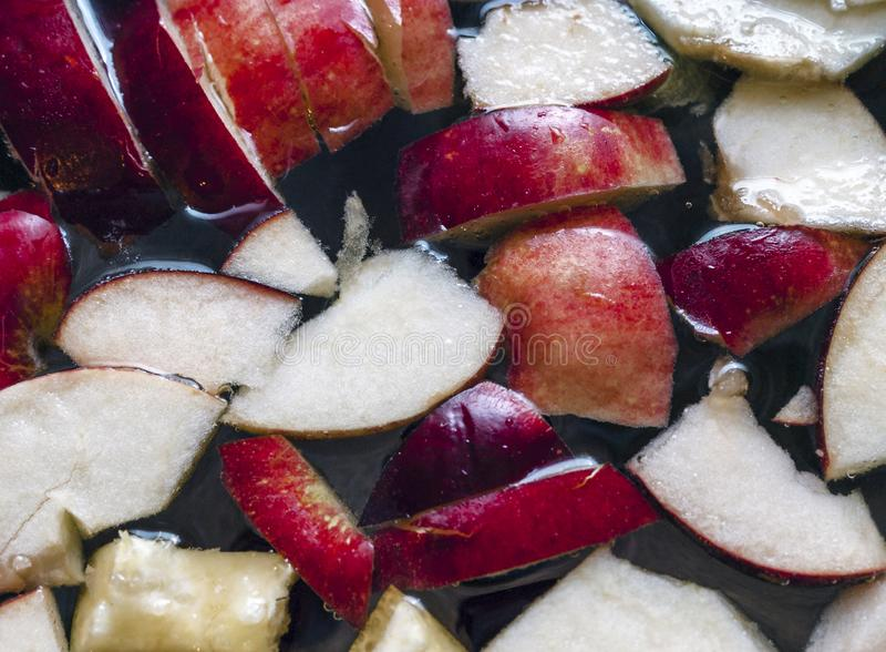 Rebanadas coloridas de Apple, frutas mezcladas en un pote Bebida de restauración del partido del sacador de la sidra de Apple de  imágenes de archivo libres de regalías
