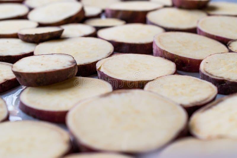 Rebanadas cortadas de la patata dulce en la bandeja fotos de archivo libres de regalías