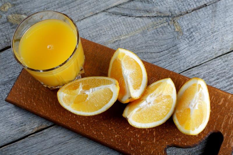 Rebanadas de anaranjado y vidrio de jugo imágenes de archivo libres de regalías