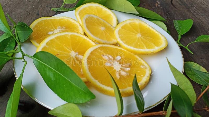 rebanadas de fruta anaranjada fresca en la placa blanca que se gozará fotos de archivo