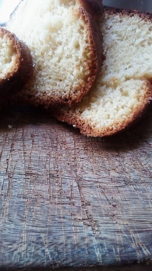 Rebanadas de la torta de la vainilla en la madera rústica vieja imagen de archivo libre de regalías