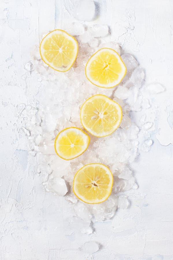 Rebanadas de limón en el hielo machacado imagen de archivo libre de regalías