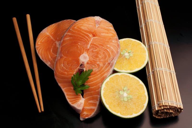 Rebanadas de los pares de salmones crudos imagen de archivo