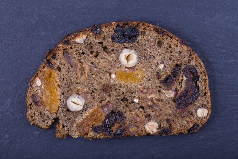 Rebanadas de pan ácimo de granos enteros con de las pasas, nuts y secado, cierre los albaricoques para arriba fotografía de archivo