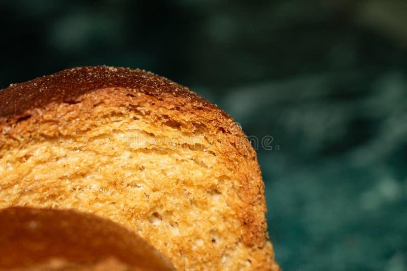 Rebanadas de pan amarillo seco en la cocina fotos de archivo libres de regalías
