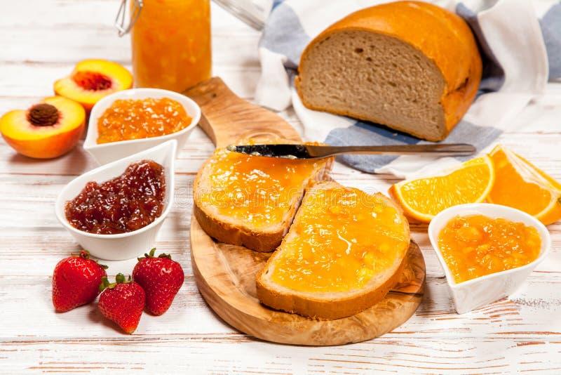 Rebanadas de pan con el atasco imagen de archivo libre de regalías