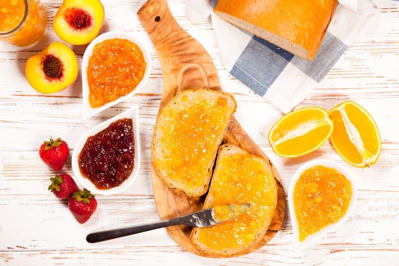 Rebanadas de pan con el atasco fotos de archivo libres de regalías