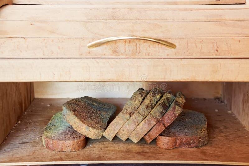 Rebanadas de pan de centeno mohoso viejo en estante de madera foto de archivo libre de regalías