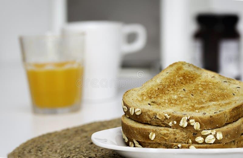 Rebanadas de pan de la tostada para el desayuno con el fondo unfocused imagenes de archivo