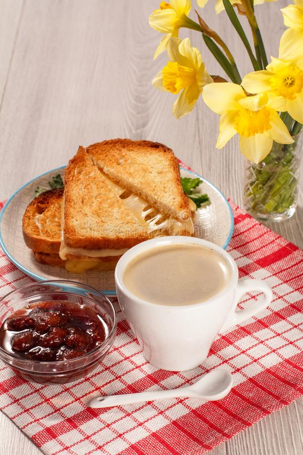 Rebanadas de pan tostadas con queso en la placa blanca, taza de coffe imágenes de archivo libres de regalías