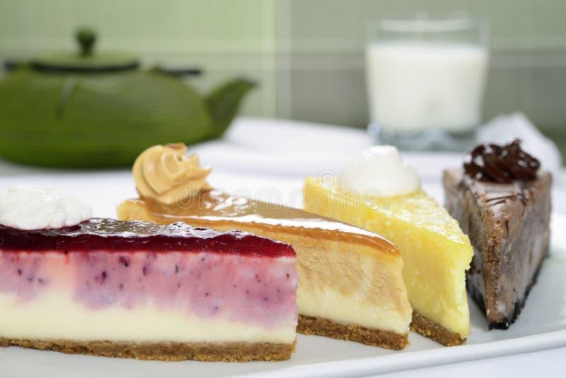 Rebanadas de pastel de queso con un vidrio de leche fotografía de archivo