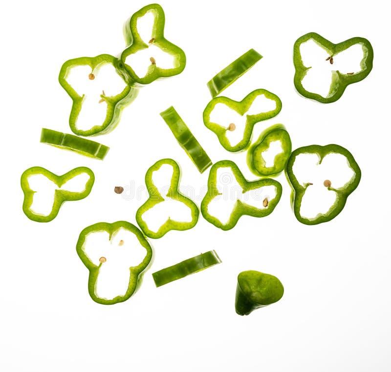 Rebanadas de pimienta verde muy fresca con descensos de caer del agua fotografía de archivo