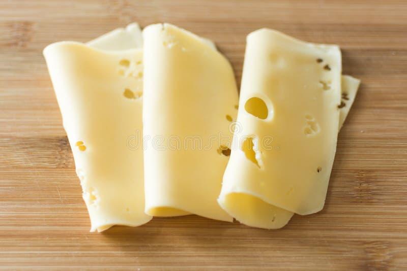 Rebanadas de queso en fondo de madera fotos de archivo libres de regalías