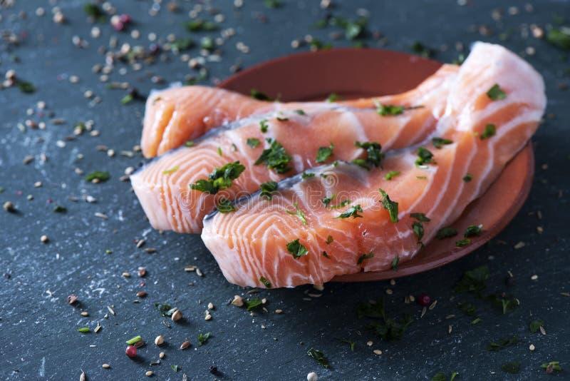 Rebanadas de salmones crudos imagen de archivo libre de regalías