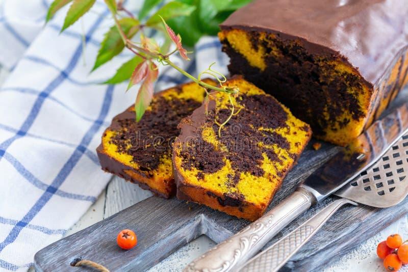 Rebanadas de torta de chocolate hecha en casa de la calabaza imágenes de archivo libres de regalías