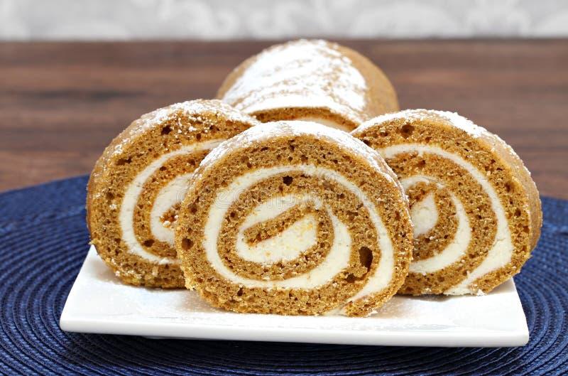 Rebanadas de torta cocida fresca del rollo de la calabaza fotografía de archivo libre de regalías