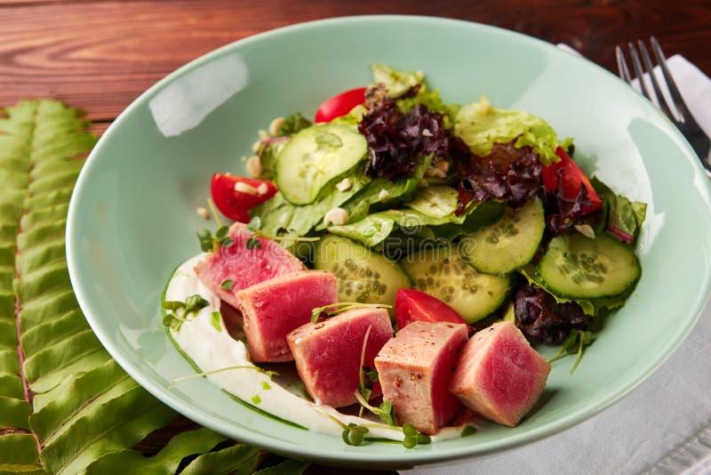 Rebanadas del atún con la ensalada vegetal fotos de archivo libres de regalías