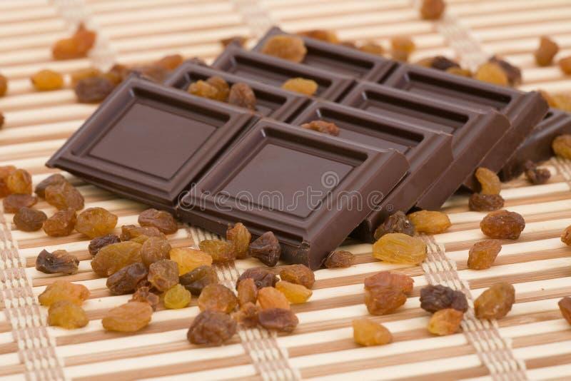 Rebanadas del chocolate con las pasas fotos de archivo