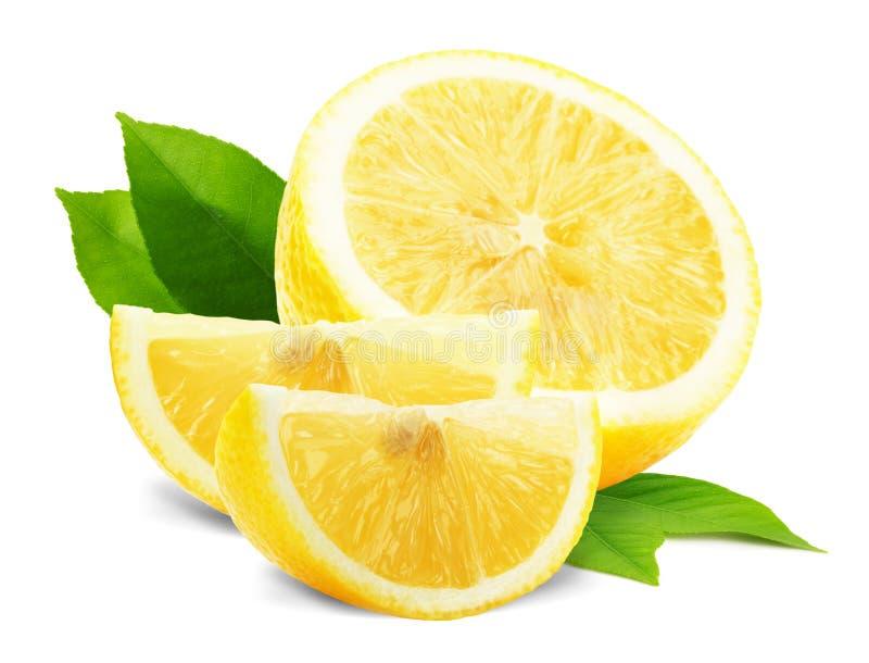 Rebanadas del limón con las hojas aisladas en el fondo blanco imagen de archivo