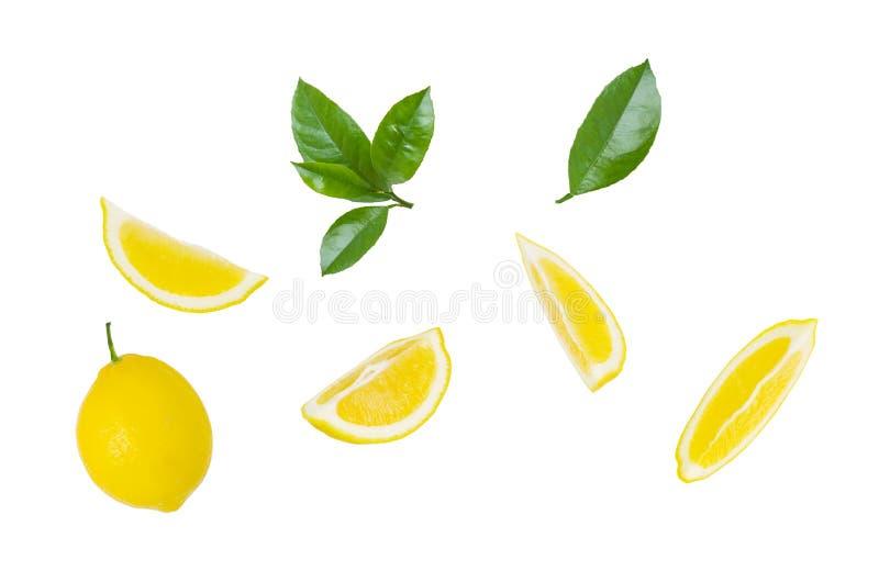 Rebanadas del limón, limón entero y hojas verdes de la fruta cítrica aislados en el fondo blanco foto de archivo libre de regalías