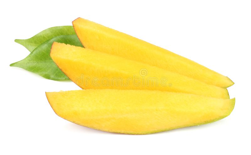 rebanadas del mango con las hojas del verde aisladas en el fondo blanco Alimento sano imagenes de archivo