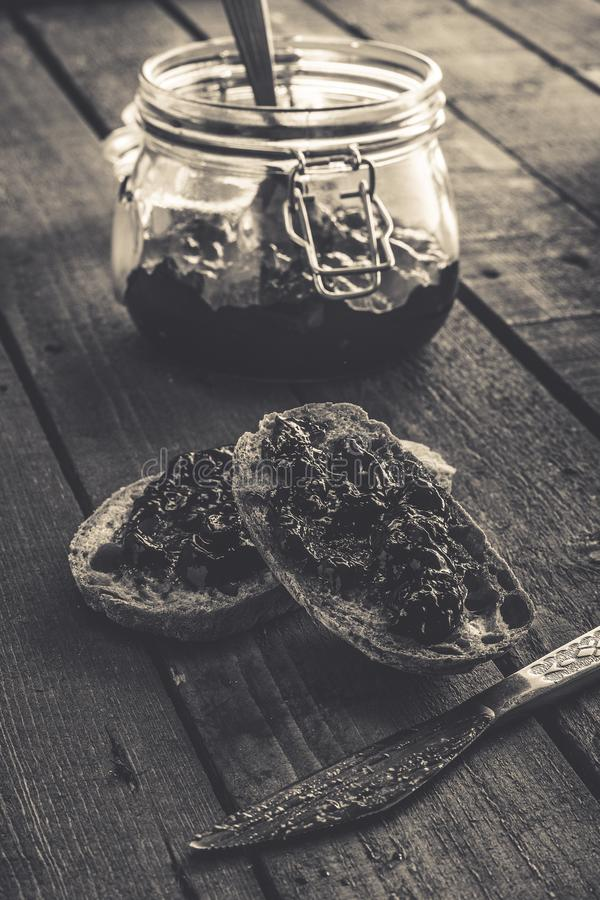 Rebanadas del pan con un atasco fotografía de archivo
