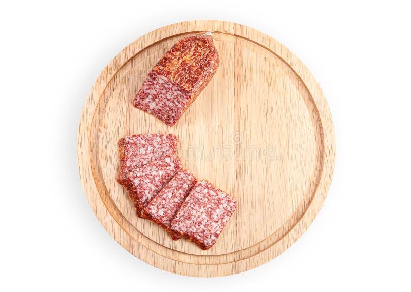 Rebanadas del salami en tarjeta de madera fotos de archivo libres de regalías