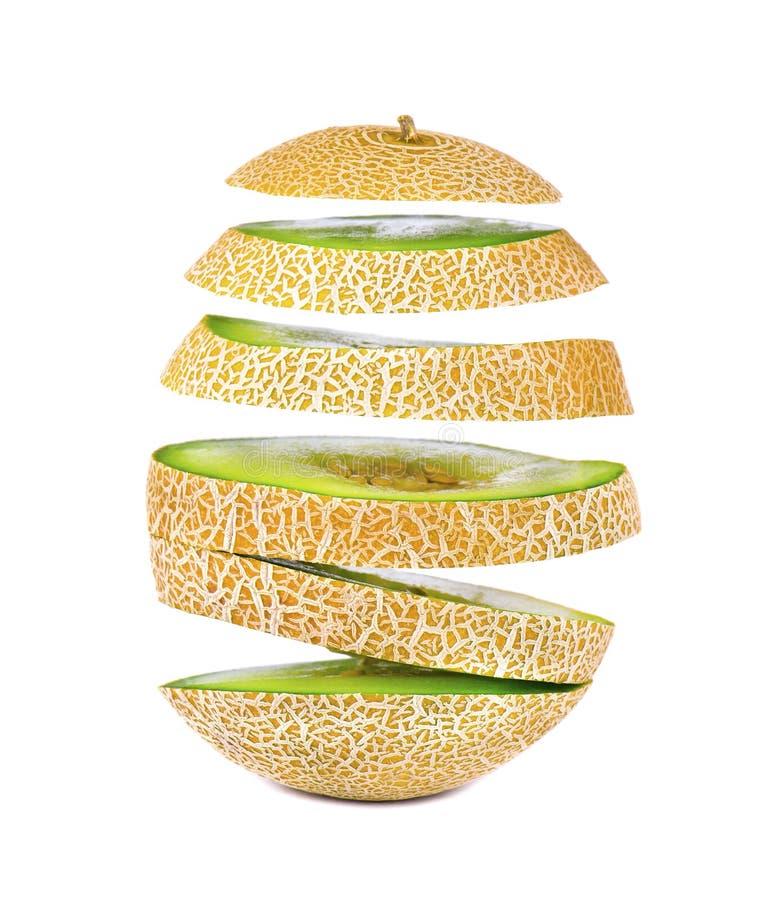 Rebanadas del vuelo de melón jugoso y dulce, aisladas en el fondo blanco Trayectoria de recortes imagenes de archivo