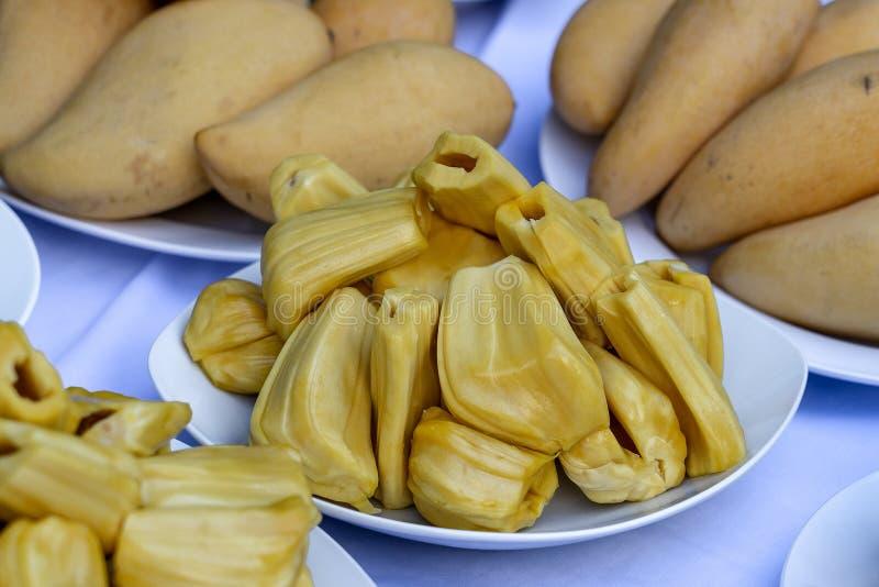 Rebanadas frescas del jackfruit en una placa blanca jackfruit amarillo dulce maduro Vegetariano, vegano, comida cruda Fruta tropi imagen de archivo