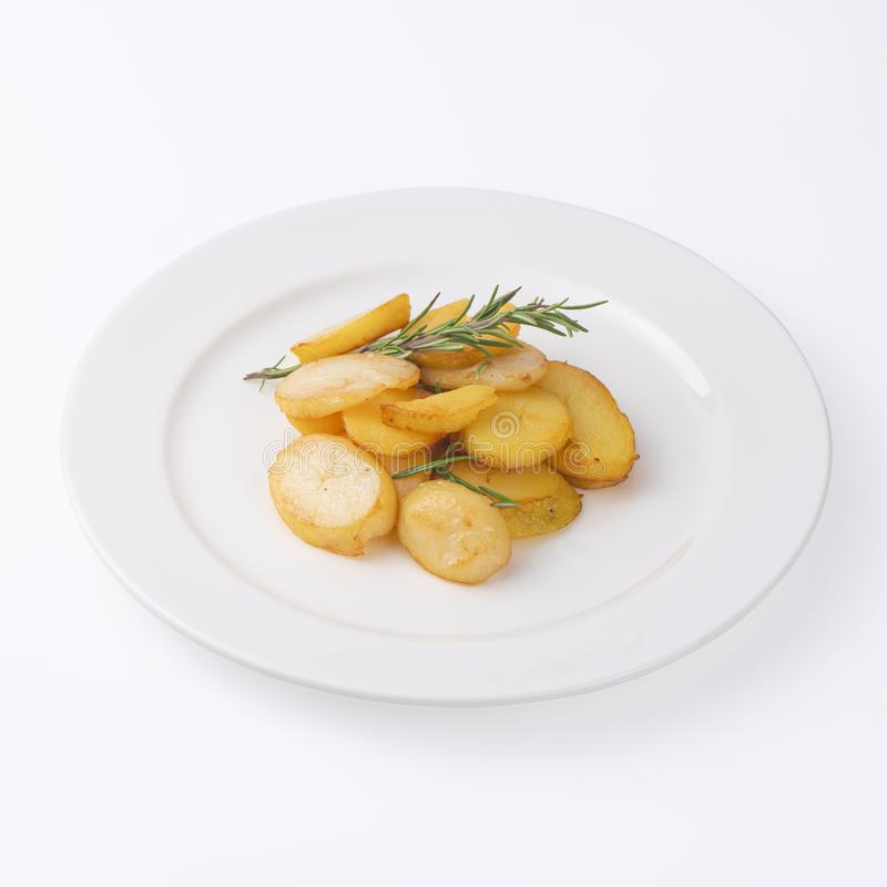 Rebanadas fritas crujientes de la patata con el romero fresco aislado en el fondo blanco fotos de archivo libres de regalías