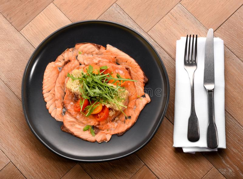 Rebanadas gastrónomas frescas del salmón ahumado con la ensalada imagenes de archivo