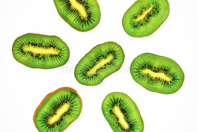 Rebanadas jugosas del kiwi en una placa de madera en el primer de la tabla, madera deliciosa de la fruta, productos dietéticos, i imágenes de archivo libres de regalías