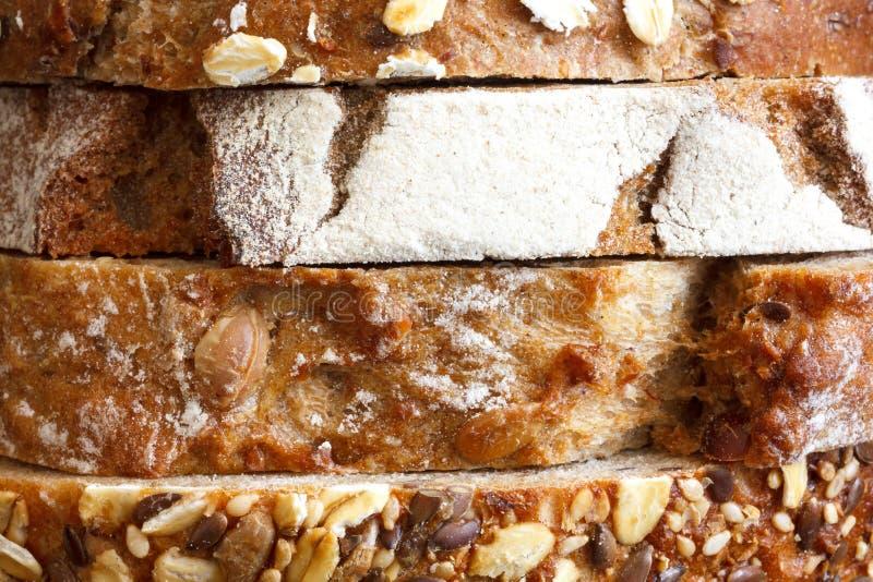 Rebanadas mezcladas de panes de la salud apilados imagenes de archivo