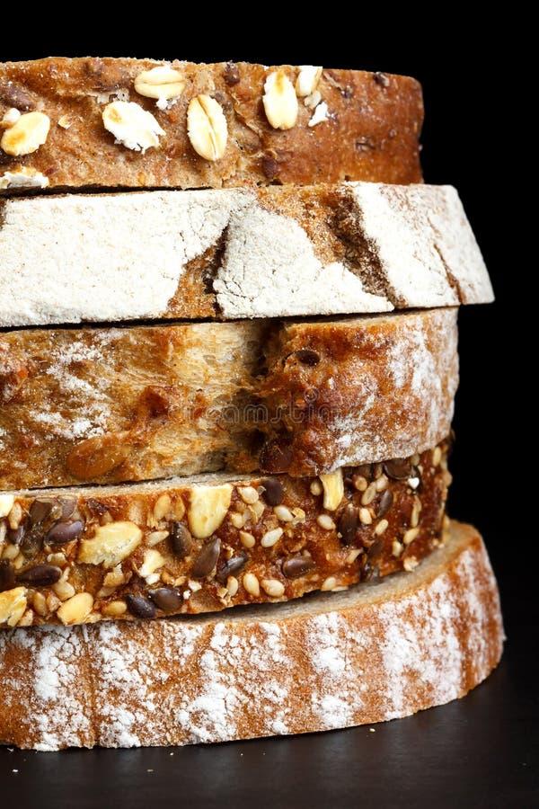 Rebanadas mezcladas de panes de la salud apilados imágenes de archivo libres de regalías